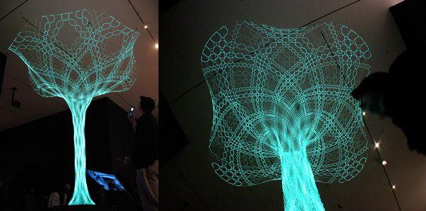 De zon schijnt. Energie voor de SonUmbra, een boom gemaakt van 'zonnetextiel'.