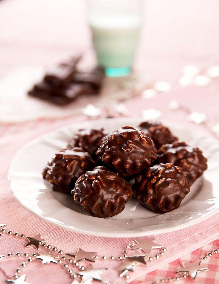 Jaké cukroví nesmí chybět? To s čokoládou! Nechte se svést její podmanivou chutí a v cukroví s ní rozhodně nešetřete! Chutná totiž skvěle ať už jako náplň, poleva nebo ozdoba!
