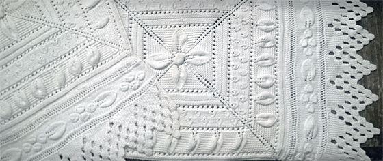 Kiikkutuolin matto mummilan neuleneliöistä ja -reunapitseistä