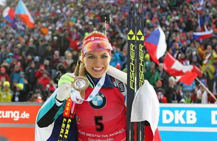 S MEDAILÍ. Gabriela Koukalová po vítězství ve hromadném závodě v Novém Městě na Moravě.