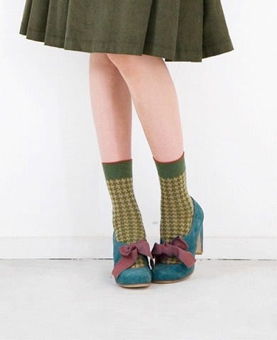 Less about the coy pose, more about the fabulous mixing of greenish and blueish and yellowish. by Eley Kishimoto