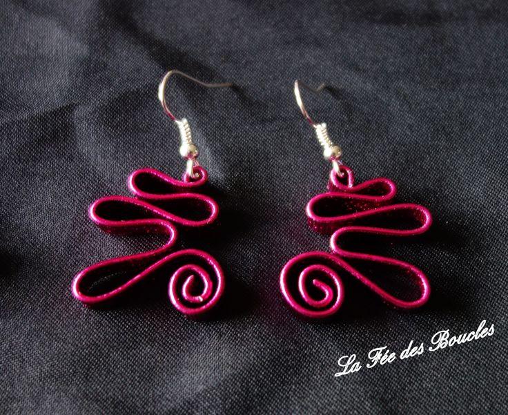 Boucles d'oreille courbées, torsadées et striées en fil aluminium Rose Fuchsia