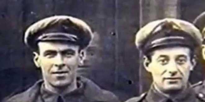 1919,foto mostrada en 1975 x Sir Victor Goddard uno de los oficiales.La I Guerra Mundial terminó.Escuadrón de Goddard había servido en la base HMS Daedalus,en Cromwelkl,Lincolsnhire.Dos días antes el mecánico Freddy Jackson murió en la pista de aterrizaje alcanzado por las hélices de un avion.El día del entierro se tomó fotografía frente a los cobertizos.Tras el cuarto oficial de la fila superior se ve claramente la cara que todos reconocieron como Freddy Jackson.