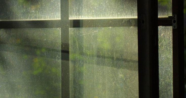 Como instalar uma janela de alumínio. Ao instalar uma janela de alumínio, há muitos passos que precisam ser seguidos, para que ela funcione corretamente. Não é um trabalho para amadores. Você precisará ter certo conhecimento de carpintaria, saber checar esquadros e prumos, ler fitas métricas, medir vãos e usar calços.