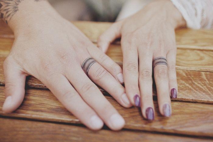 tatouage couple pour les annulaires avec des anneaux noirs