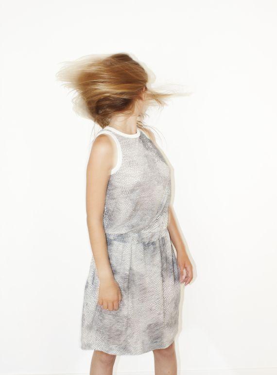 """אחרונה חביבה! - שמלה שמנת קרם """"sumiki"""" היא שמלה חגיגית הודות לבד העשיר - סריג כותנה לבן-קרם בשילוב גימורי פטנט בצבע קרם ועליו הדפס גרפי של שרבוט בשחור הנראה כאילו צויר ידנית על גבי הבד. לשמלה חגורת גומי נוחה שיוצרת קפלונים המטשטשים את הבטן, והרבה בד בחלקה העליון המאפשר לך לקבוע את קו המותן המתאים לך באותו הרגע.  שני כפתורי העץ השחורים שבגב השמלה מאפשרים לשלוט בעומק המחשוף: להסתיר את קו החזיה או ללבוש אותה בגב פתוח. וכמובן כיסים נסתרים - כל שמלה חייבת שיהיו לה כיסים...  להשיג במידה : 1 ..."""