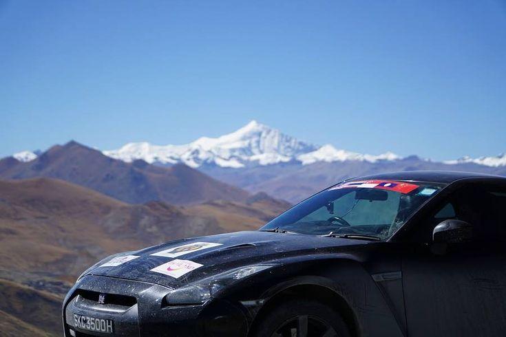 Seorang Warga Singapura membawa Nissan GT-R ke base camp Gunung Everest di ketinggian 5.380 mdpl.