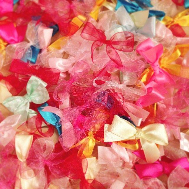 * リボンシャワー♡ * 当日はリボンシャワーにフラワーシャワーを混ぜて♡♡ 絶対かわいい〜♡♡ とりあえず何も考えずいろんなリボンを作っちゃったから色の統一感はなし\(^o^)/ * ただいろんな種類のリボンのおかげで落ちてくる感じも違うことがわかったからよしとするっ!!! * * * #リボンシャワー #ribbon #プレ花嫁 #結婚式準備 #MY1031wd