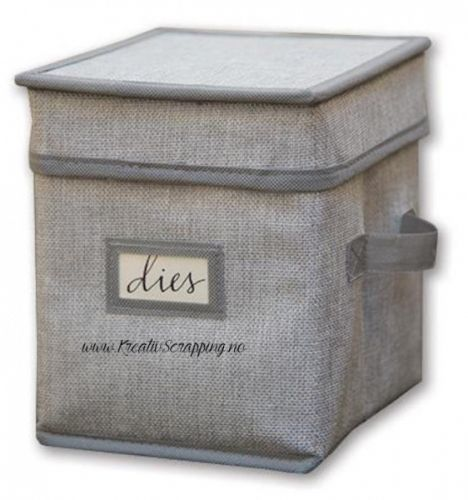"""SPELLBINDERS - STORAGE BOX 6"""" - DIES & EMBOSSING FOLDERS Oppbevaring for SPELLBINDERSDIES eller EMBOSSING FOLDERS.Måler 6 inch. Spellbinders-Storage Box. Hold all of your dies, embossing folders and craft supplies in one box for easy storage! This package contains one collapsible 7-1/4x6x6-1/4 inch storage box with two handles on the side for easy transport and one label holder for organization."""
