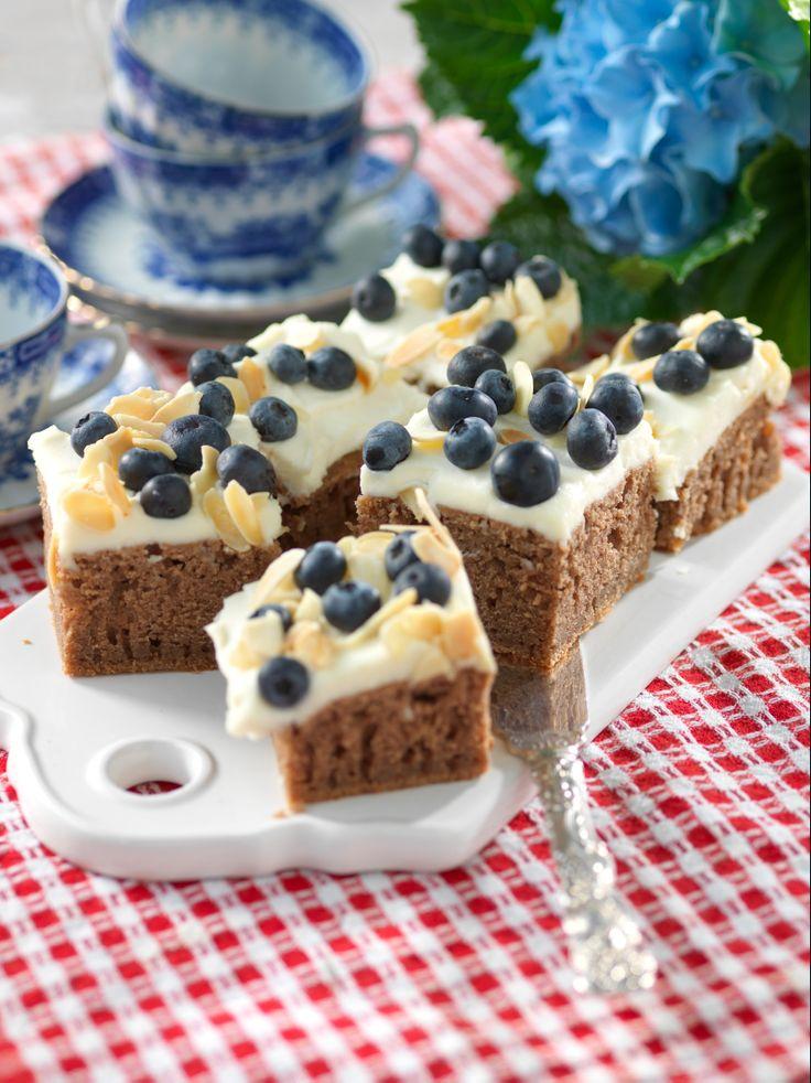 Baka i långapanna och dekorera med krämig mascarpone och nyttiga blåbär.