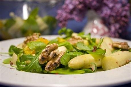 Теплый салат из спаржи, грецких орехов и рукколы