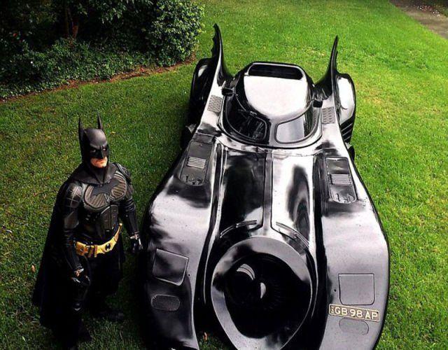 Il sogno di ogni ragazza: avere un uomo che ti viene a prendere con la Batmobile. Il caso di Zac Mihajlovic.  #geek #batman #car