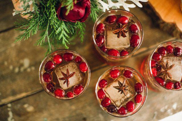 Een winters drankje #cocktails #mocktails #drankjes #whiskey #kerst #bruiloft #trouwen It's Christmas time: kersthapjes voor je bruiloft   ThePerfectWedding.nl