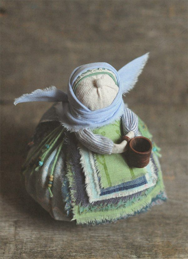"""Яна Волкова  ...кукла-образ """"бабушка-весна"""". получилась озорнее и моложе всех сестёр,похожа и на ангела и на птичку,ещё и любит выпить(исключительно родниковой воды!)-одним словом,весёлая бабулька,так и должно быть.:)  Домотканое полотно,лён,хлопок,шерсть,травы,ручная набойка,керамическая кружечка"""