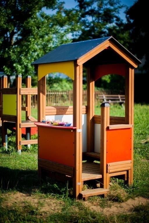 Mały plac zabaw na podwórku, Domek zabaw