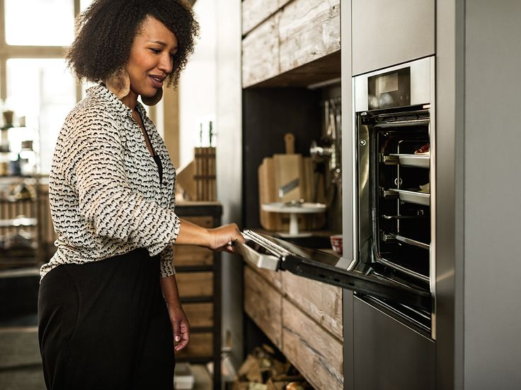 Sophie achtet beim Kochen auf eine gesunde und vitaminreiche Ernährung. Schonendes Dampfgaren im neuen Neff Backofen mit FullSteam ist dafür perfekt.