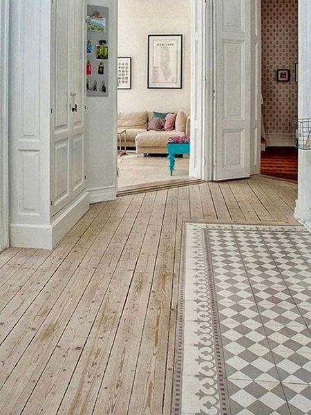Recibidor y pasillo decorado con suelo en madera y detalle en baldosas