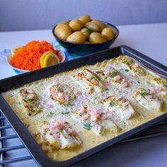 Torsk i en läcker sås med räkor. En riktigt god gratäng där fisken blir saftig och på köpet får man såsen gjord när allt tillagas samtidigt i ugnen. Man kan byta ut torsken mot lax om man vill det Lika god att servera med potatis, ris eller pasta. Recept hittar du i länken i min profil➡@zeinaskitchen