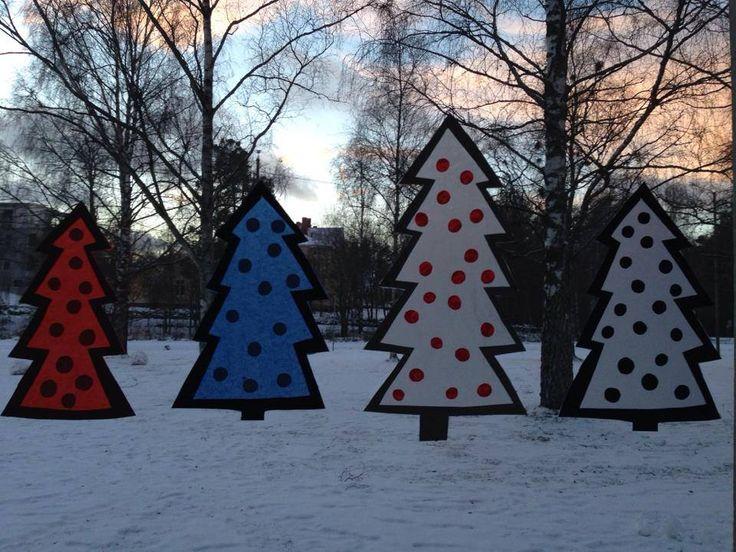 Joulukuuset ikkunassa. (Alakoulun aarreaitta FB -sivustosta / Stina Ehrström)