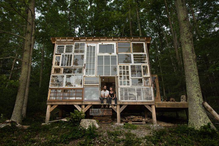 この家の作り手は、フォトグラファーであるニック・オルソンと、ファッションデザイナーのライラ・ホーウィッツのカップルです。彼らは、ウェストバージニア州にオルソン家がもっていた森を散歩していたときに見た、あまりにも美しい夕陽に感動し、仕事を辞めて移住することを決心しました。僕も長野の山奥にスモールハウスを作りたい。そして彼らは自分たちだけで家づくりをスタートします。DIYのレベルじゃない笑アンティークディーラーやガレージセールを走り回って、ヴィンテージガラスを集めだし、木材は元々あった古い納屋からリサイクルすることに。その予算は500$(約5万円)だったといいます。もちろん、最新のシステム