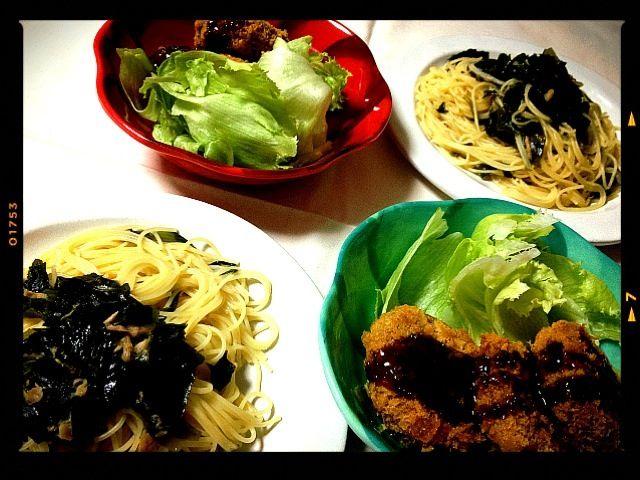 息子と2人ごはん。 外で食べちゃおうか(❁´◡`❁)*✲゚* と話していたけど、やっぱりおうちでゆっくりしようと息子さんσ^_^; コロちゃんメンチと、簡単パスタでお夕飯。(๑ˇεˇ๑)•*¨*•.¸¸♪ - 38件のもぐもぐ - ツナとわかめのお醤油パスタ。メンチ。サラダ。 by mayumi213