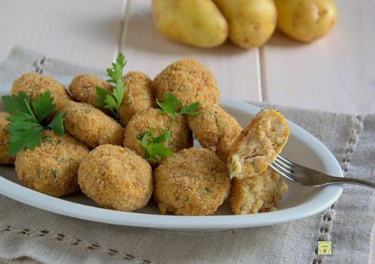 Le polpette di tonno e patate sono un delizioso finger food, perfetto come antipasto o secondo piatto dal gusto irresistibile.
