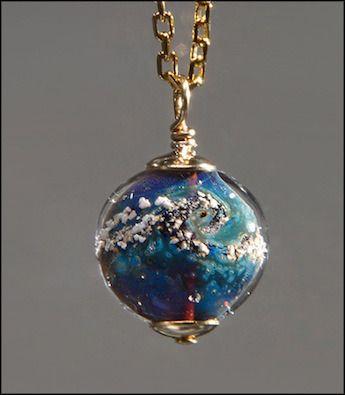 De l'or et des Cendres... L'artiste Merry Coor a créé une ligne de bijoux faits-main, intégrant des cendres de personnes disparues.