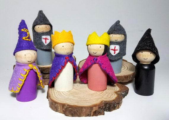 Waldorf ispirato fiaba Peg Doll Set, accessori di Castello in legno, in legno blocco accompagnamento, giocattoli naturali, Waldorf in legno Peg persone