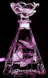 perfume bottle http://ift.tt/1RnCGqO ~~ o púrpura, um dos mais importantes e mais caros pigmentos naturais da Antiguidade era preparado com tintas de vários moluscos — incluindo Murex brandaris e Purpura haemostoma encontrados na costa do Mediterrâneo e do Atlântico e nas Ilhas Britânicas.  Quantidades enormes destes moluscos eram usados para tingir tecidos e ainda são encontradas pilhas das cascas dos moluscos em alguns sítios históricos na costa grega.