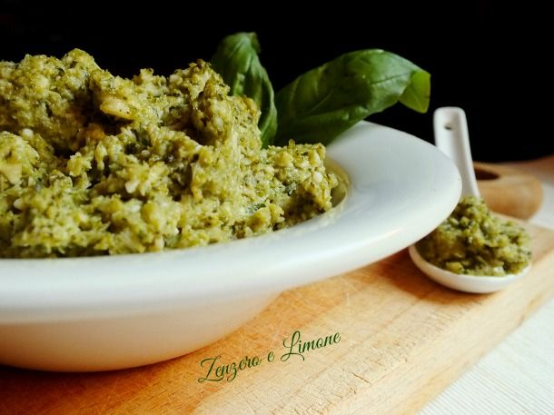 Il pesto di broccolo è una morbida salsa preparata frullando broccolo, basilico, mandorle e pinoli. Perfetta per condire qualsiasi tipo di pasta.