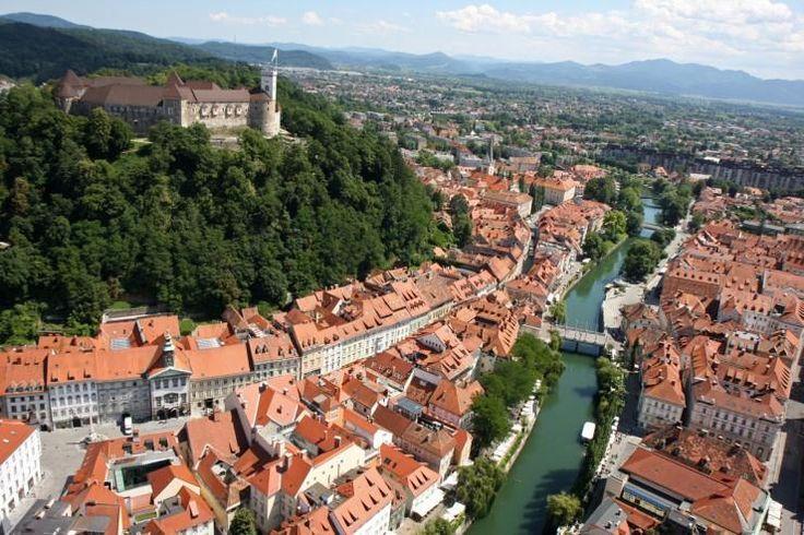 """Ljubljana, capitala europeană este """"bijuteria"""" Sloveniei. Marele arhitect Joze Plecnik, s-a născut în capitala slovenă. Dacă doriţi să vizitaţi Ljubljana, completaţi o cerere de ofertă şi noi o să vă consiliem şi ajutăm cu oferte care să corespundă dorinţelor dvs. Puteţi accesa formularul de mai jos:"""