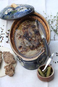 | Terrine aux foies de volaille de Michel Guérard | pour 8 personnes : 500 gr de foies de poulet 200 gr de poitrine fraîche de porc 200 gr de chair à saucisse 4 feuilles de laurier 4 branches de thym 1 oeuf 40 gr de mie de pain pour la marinade : 5 cl de cognac 5 cl de porto rouge 10 gr d'ail haché 1 cuil à café de fleurs de thym 1 grosse pincée de muscade 10 gr de sel poivre