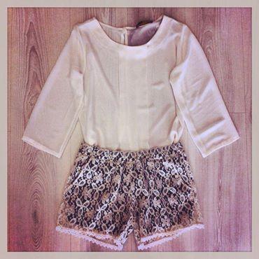 ditemi se questo non è stile ?! camicietta velata con pantaloncini di base nera con pizzo bianco