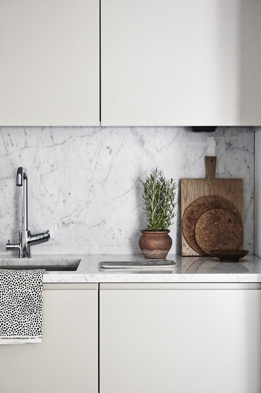 Une cuisine contemporaine et épurée, avec un plan de travail et une crédence tout en marbre. #marbre #cuisine #crédence