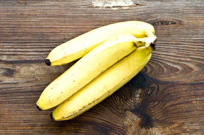 Prenez une peau de banane et frottez-la sur votre visage. Vous serez surpris des effets sur votre peau.