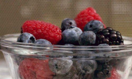 РЕЦЕПТЫ: Мороженое из замороженных ягод и молока
