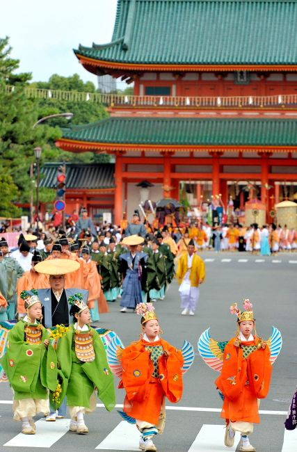 〈時代祭り〉平安神宮を出発し京都御所に向かう神幸列=2010年10月22日午前、京都市左京区、高橋一徳撮影 #photos #写真