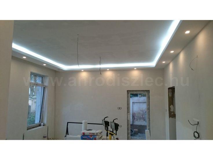 Rejtett világítás hidegfehér leddel.  120 darab 3528 SMD LED világít egy méteren, hogy megfelelő hangulatvilágítást hozzon létre ebbe a nappaliban.