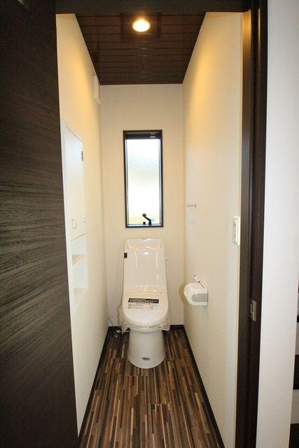 トイレ床と天井にアクセントクロスでバリ風に。 アジアン トイレ、トイレ インテリア、トイレ アクセントクロス