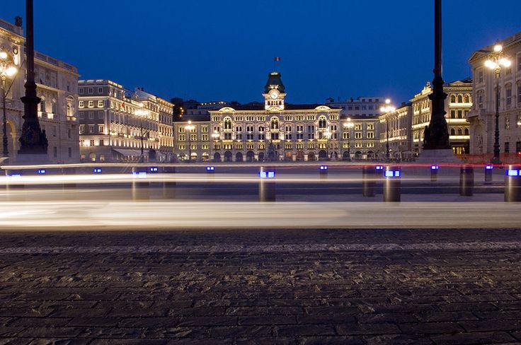 Piazza Unità d'Italia di #Trieste è la piazza aperta sul mare più grande d'Europa. Affacciati sulla piazza, si trovano le sedi di diversi enti: il municipio, il palazzo della Giunta regionale del Friuli-Venezia Giulia e la prefettura del capoluogo.  Ph. Gianluca Baronchelli