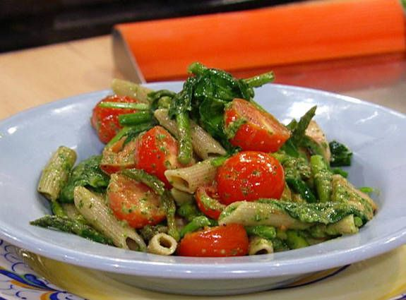 Dr. Travis Stork's Pesto Pasta with Spinach, Asparagus, and Cherry Tomatoes Recipe