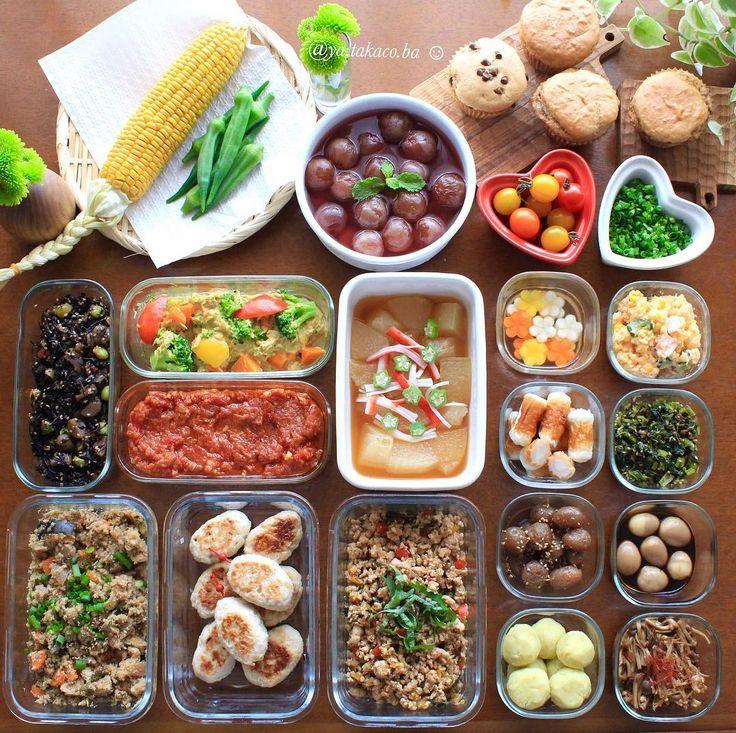 常備菜🍽 自分を助ける #家事貯金 ・ -*-*-*-*-*-*-*-*-*-* ・ 《上段左から》 ・ 1、蒸しトウモロコシ 2、下茹でオクラ 3、ピオーネのコンポート 4、きなこマフィン3種 (チョコチップ、いちごジャム、プレーン) 5、50度洗い ミニトマト 6、刻み小ねぎ 7、ひじき煮 8、野菜のカレーツナマヨ和え 9、トマトソース 10、冬瓜のオクラ餡 11、カラフルにんじん甘酢漬け 12、明太ポテサラ 13、クリチin豆ちくわ 14、小松菜ふりかけ 15、おからの炊いたん 16、鶏つくね 17、大葉ガパオ 18、ピリ辛玉コン 19、うずら味玉 20、さつまいもボール 21、3種きのこのなめ茸 ・ -*-*-*-*-*-*-*-*-*-* ・ ・ 離乳食に使えそうな野菜は少しづつ残しておいて、 このあと離乳食作りに突入💨 ・ 娘は食事に向かう勢いがすごくて まるでピラニアみたい。 特にかぼちゃのときは大興奮で ジョーズさながら🦈🤣😱 笑えるやら可愛いやらで 最近は食事タイムが癒しタイムになってます👶🏻✨ 有り難や〜🙏…