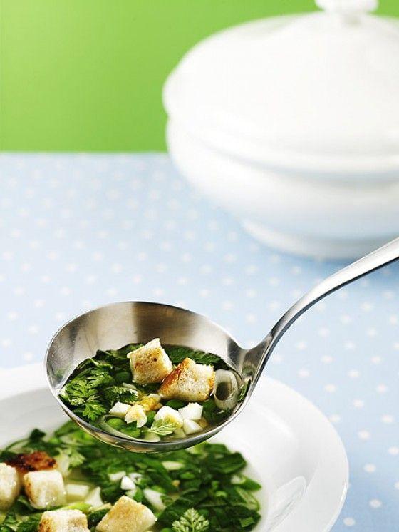 So schmeckt Frühling auf dem Suppenlöffel: In der klaren Brühe schwimmen Spinat, Erbsen, Frühlingszwiebeln, Kerbel und Sauerampfer!