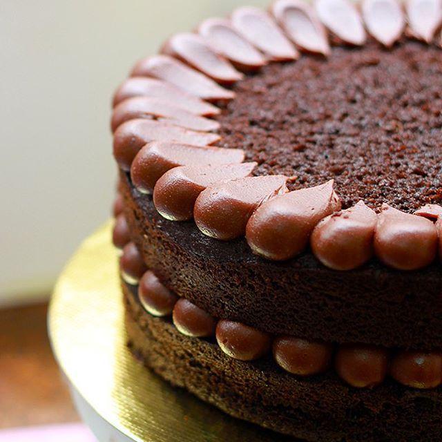 Voltando ao trabalho e começando o ano deliciosamente fazendo um bolo de cacau nerissimo recheado de brigadeiro de chocolate belga de origem - pensa num upgrade naquele nega maluca nosso de cada dia! #raiogourmetizador #bolodechocolate #chocolatecake #makingoff #nakedcake #thecookieshop #sobencomenda #yum #sweet #feedfeed #f52grams #buzzfeast