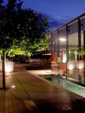 Der Haupteingangsbereich Des Gewerbeobjekts Strahlt Eine Geometrische Ruhe  Und Erfrischende Leichtigkeit Aus. Wasserreflexionen Erfrischen Mit