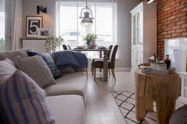 Jasna podłoga tworzy jednolitą bazę dla aranżacji salonu i jadalni. Prostokątny układ wnętrza pozwala na wyraźne...