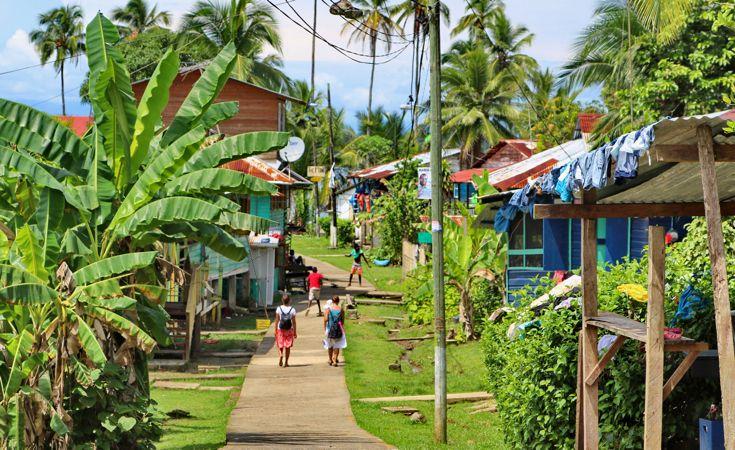 Bocas affascina per la sua straordinaria e  lussureggiante vegetazione tropicale, la sua biodiversità, i suoi antichi costumi e l'architettura delle vecchie case, con il loro stile caraibico.
