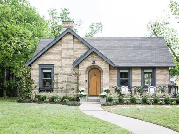 The Hgtv Series Fixer Upper Pairs Renovation Design And Real Estate Pros Chip Joanna Gaines With Home Ers To Renovate Homes That Are In Great