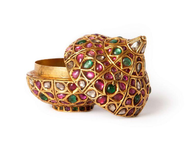 Jewelled opium box Gold with kundan set rubies, emeralds and diamonds North India, circa 1800. Height: 5 cm; Diameter: 4.5 cm