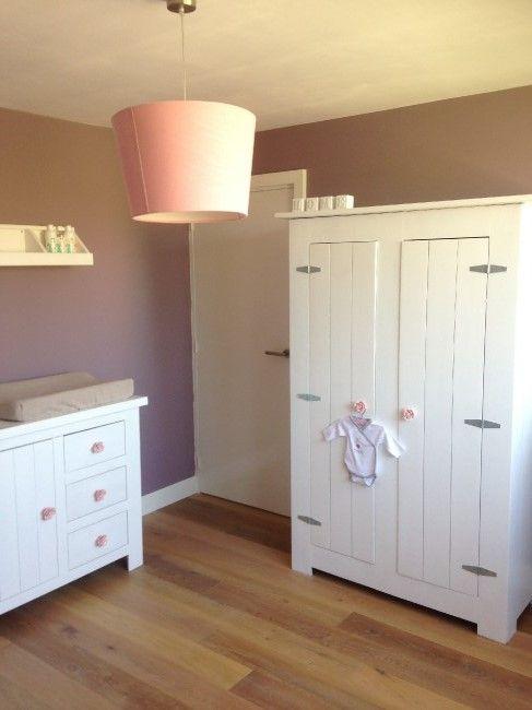 Landelijke, romantische babykamer voor een meisje